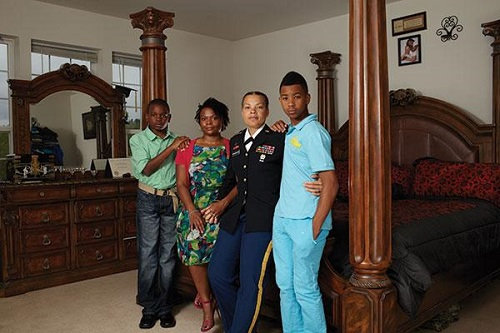 Photo of Fotósorozat meleg katonákról és családjukról