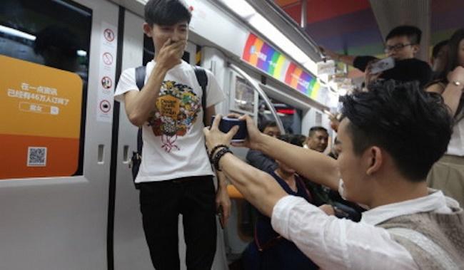 Photo of Videó: Metrón kérte meg párja kezét egy kínai fiú