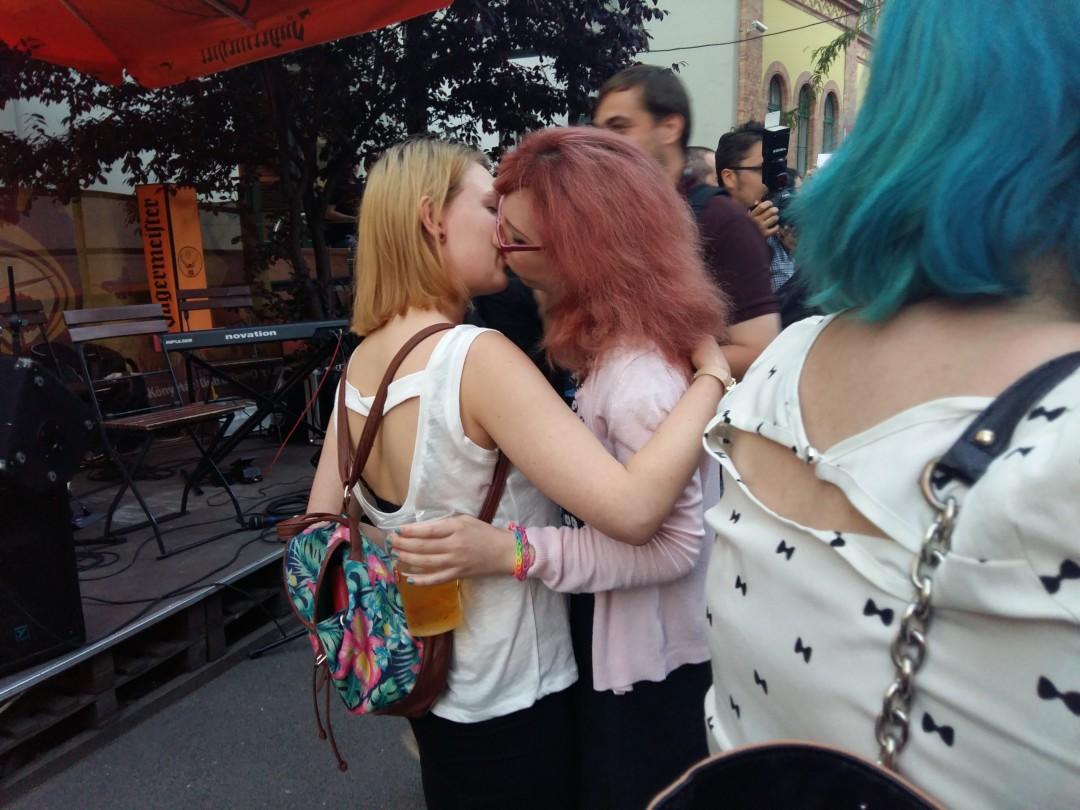 Photo of Leszbikus csókflashmob a Könyvtár Klubban