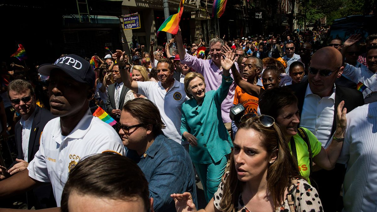 Photo of Hillary Clinton meglepte a New York Pride résztvevőit