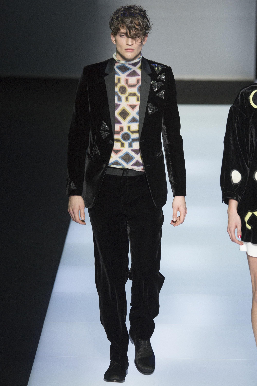 2bb8abe3df Az Emporio Armani a kiváló ízléssel rendelkező fiatal nőket és férfiakat  célozza meg. A 2016-os őszi ready-to-wear kollekcióban a klasszikus Armani-elemek  ...