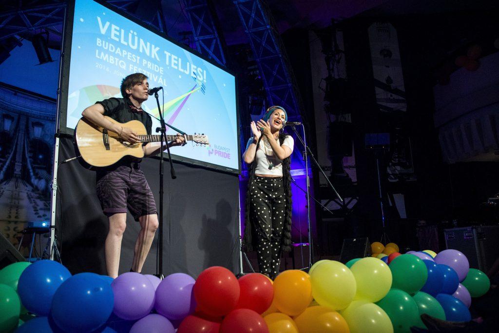 Budapest, 2016. június 24. A svéd Antonia Vai énekesnõ (j) és Barna Margit gitáros a 21. Budapest Pride fesztivál hivatalos megnyitóján a budapesti New Orleans Clubban 2016. június 24-én. MTI Fotó: Marjai Janos