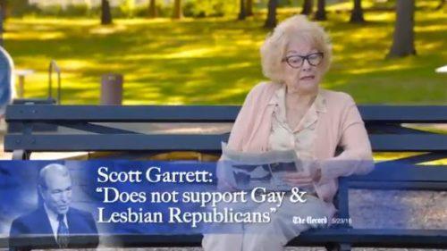 Photo of Káromkodó nagymamával kampányolnak a homofób politikus ellen