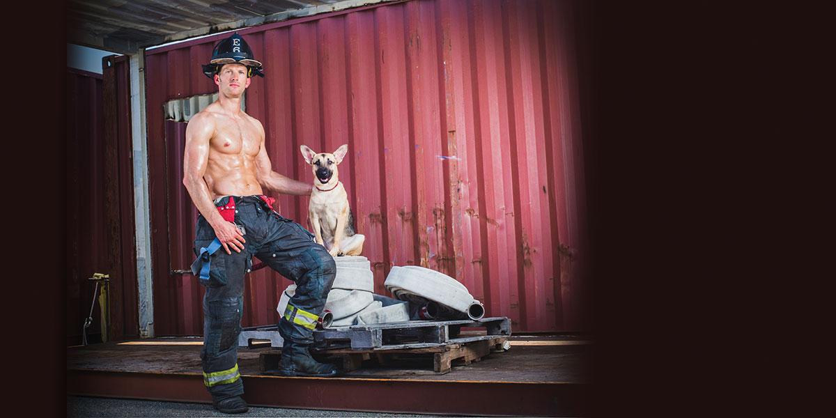 Photo of Örökbe fogadta a vele pózoló kutyust a pikáns naptáras tűzoltó