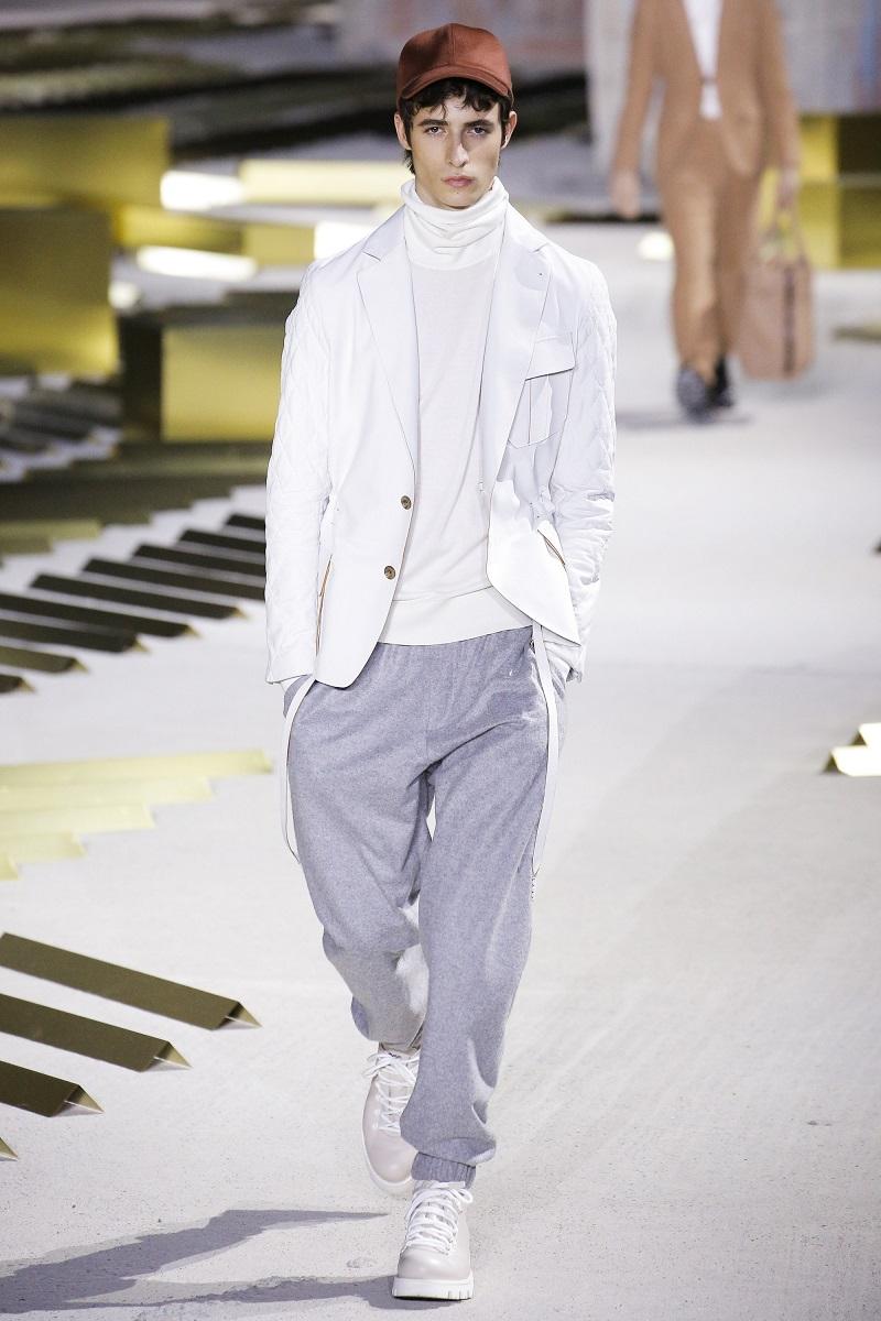 add3642d203f A hanyagnak tűnő olasz eleganciát lazább esésű szövetekkel érte el,  nadrágjai ettől igazán menő megjelenést kölcsönöznek viselőinek.