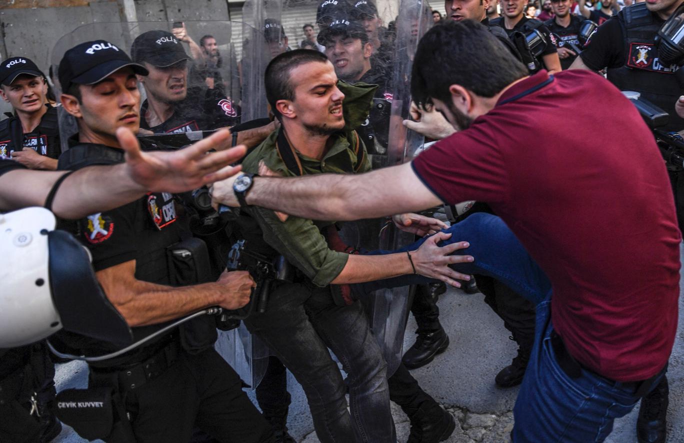 Photo of Gumilövedékkel és könnygázzal oszlatták fel az isztambuli pride-ot