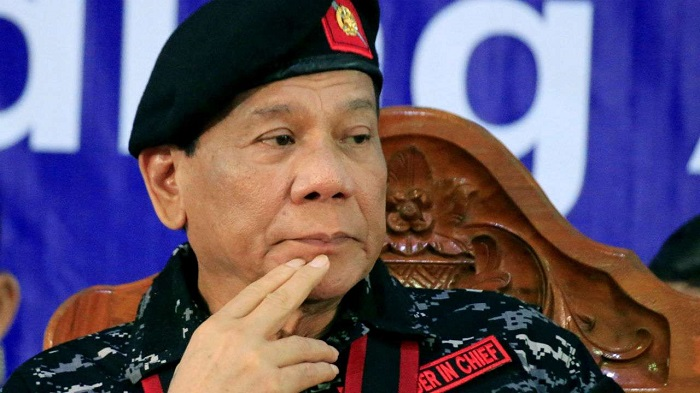 Photo of A Fülöp-szigetek elnöke az óvszer mellőzésére buzdít és maga demonstrálta, mi a baja vele