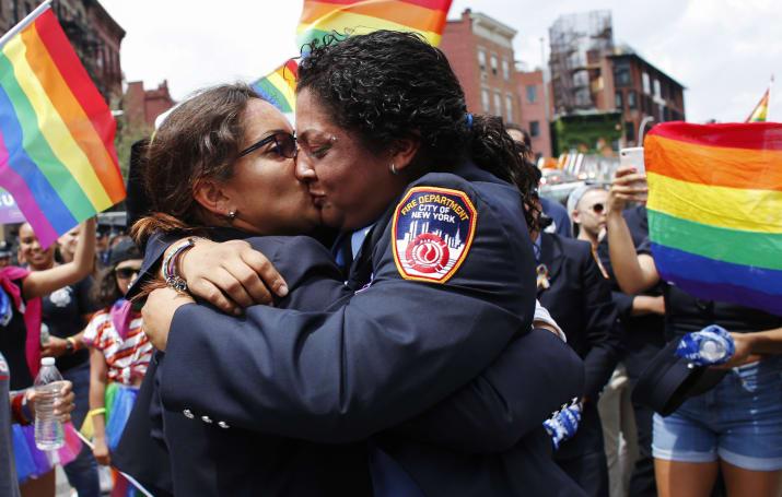 Photo of Tűzoltók jegyezték el egymást a New York Pride-on
