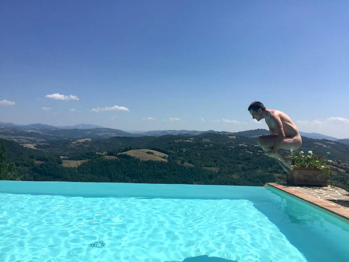 Photo of Meztelenbarát hotel Umbriában – Beszélgetés Alec Furtekkel a szabadság érzéséről