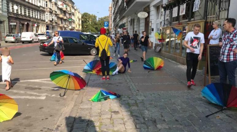Photo of Videóra vették, ahogy szétverték egy lengyel város LMBT-kiállítását