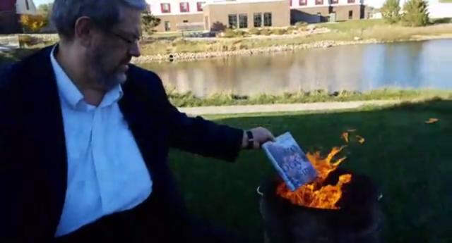 Photo of LMBTQ könyveket égetett a lelkész