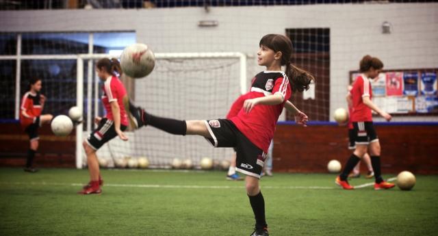 Photo of Leszbikusnak hívtak egy kislányt, amiért focizni akart
