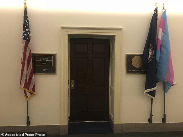 Photo of Transznemű zászlót tűzött ki irodája elé a képviselőnő