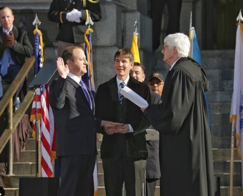 Photo of Letette esküjét az USA első meleg választott kormányzója