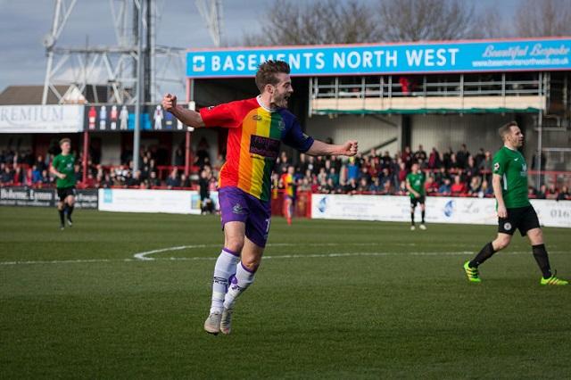 Photo of Először lépett pályára profi labdarúgócsapat szivárványszínű mezben
