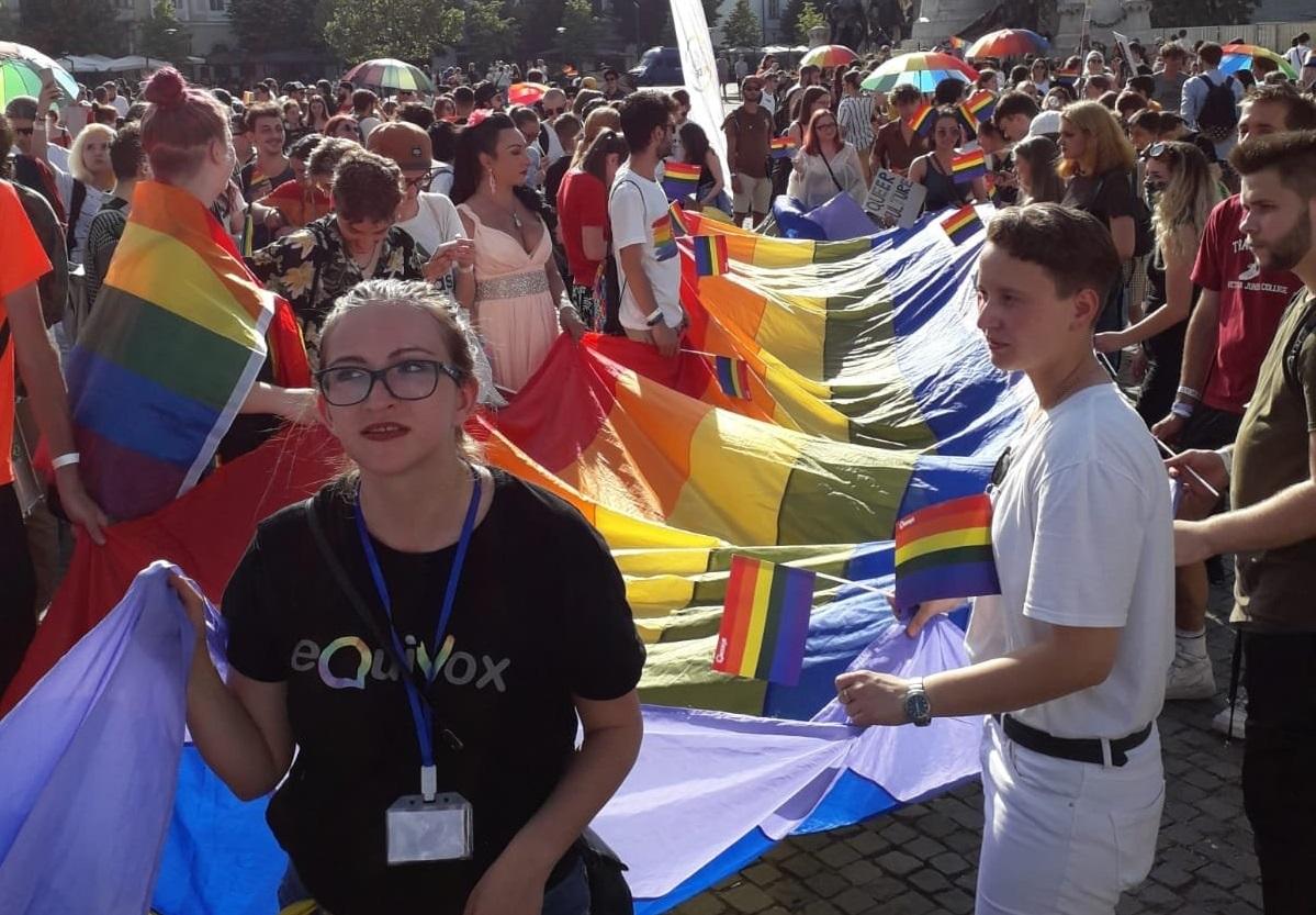 Photo of Szivárványszínű zászlót tapostak a kolozsvári pride felvonuláson