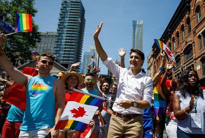 Photo of Kijevben a katonák, Torontóban a miniszterelnök vonult együtt a pride résztvevőivel
