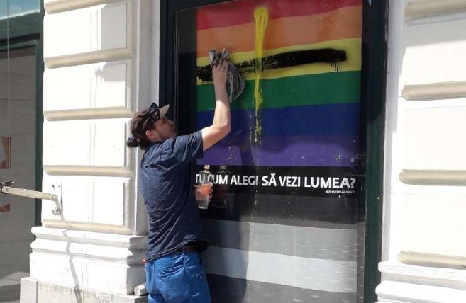 Photo of Kreatív megoldással reagáltak Romániában a homofób graffitire