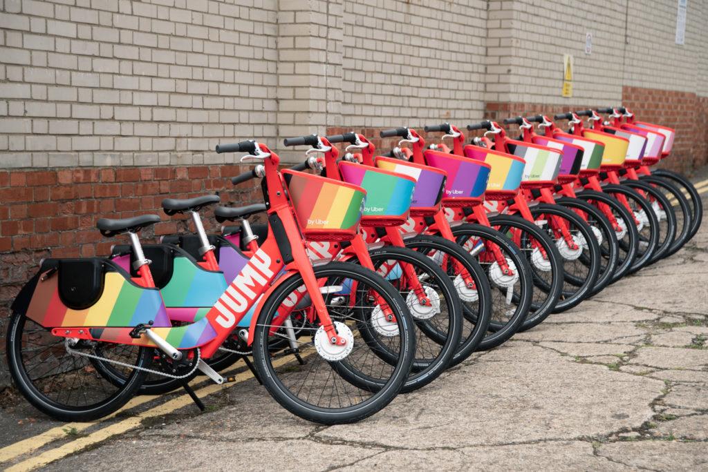 Photo of Londonban még az Uber biciklijei is pride zászlókat kaptak