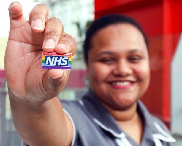Photo of Szivárványos kitűzővel támogatják a kórházi orvosok az LMBTQ közösséget