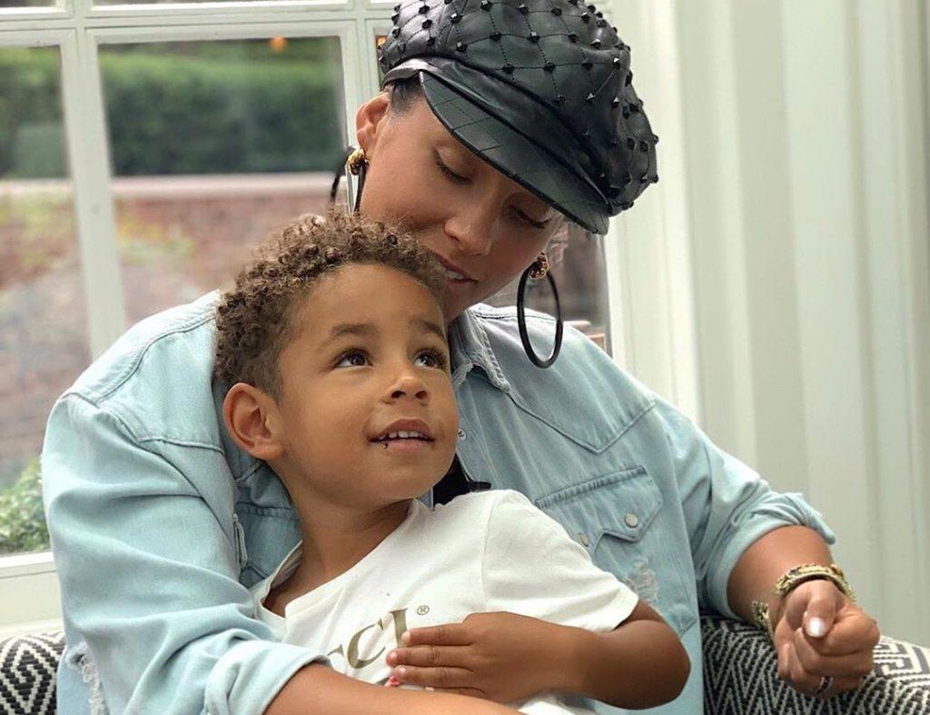 Photo of A lehető legjobban reagált Alicia Keys a kisfia szivárványszínű körmeire