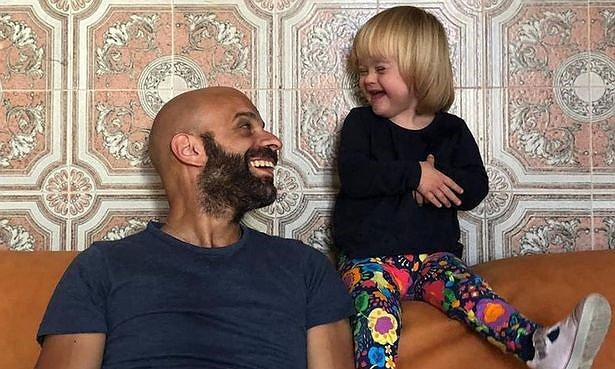Photo of Meleg férfi fogadta örökbe a Down-szindrómás kislányt, akit húszan utasítottak vissza