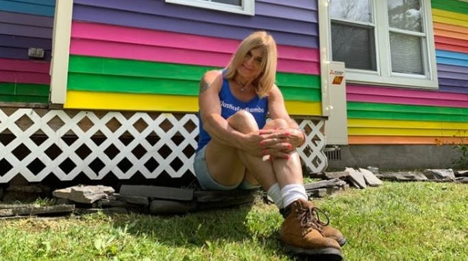 Photo of Egy transzfób félbevágta a macskáját, szomszédjai támogatásként szivárványszínűre festették a házát