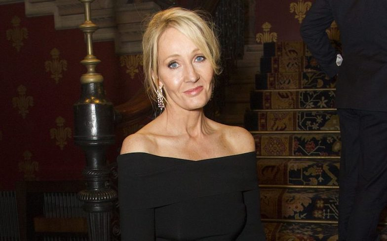 Photo of Saját maga védelmére kelt J. K. Rowling az őt transzfóbnak tartó kritikákkal szemben