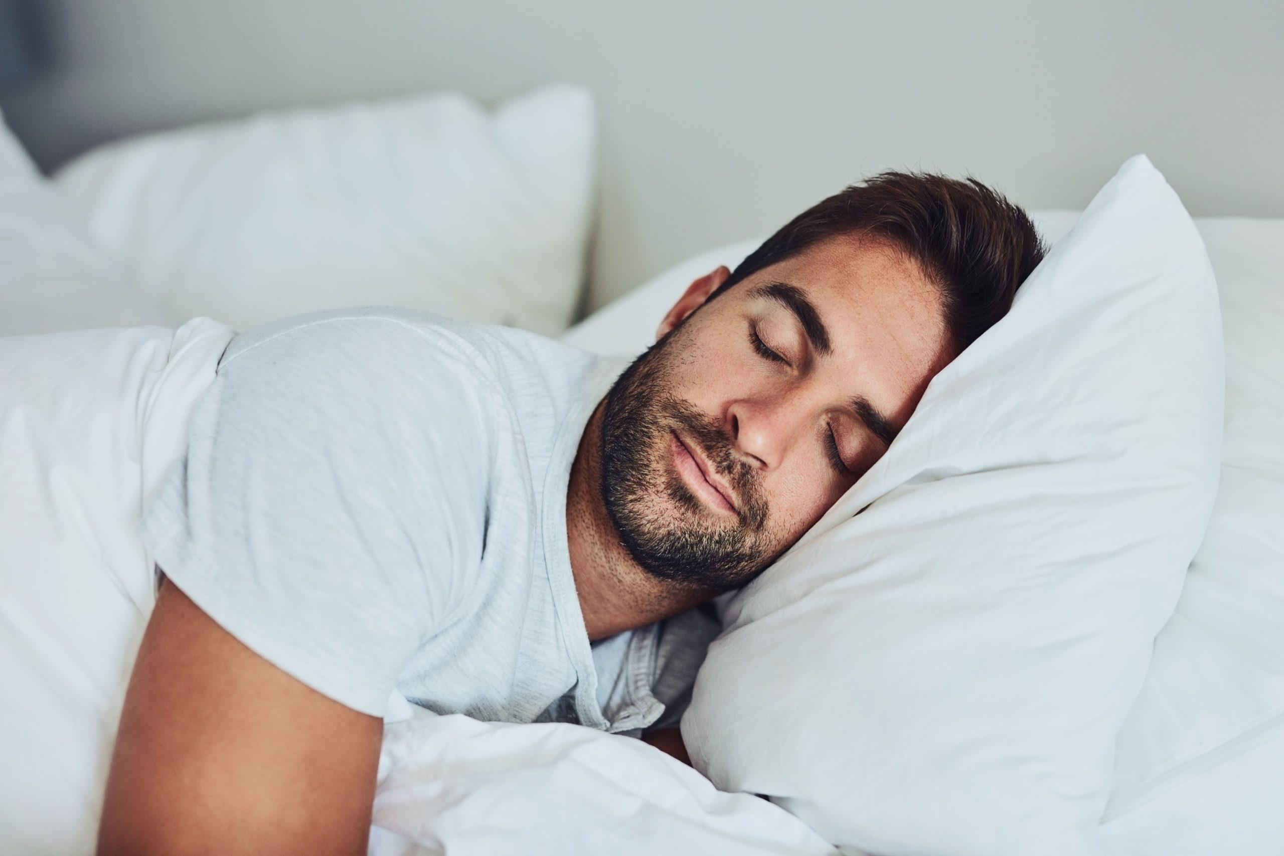 Photo of Ezért alszunk jobban a pasink pólójában