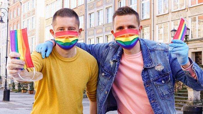 Photo of Videó: Több száz szivárványos arcmaszkot osztott ki járókelőknek egy lengyel meleg pár
