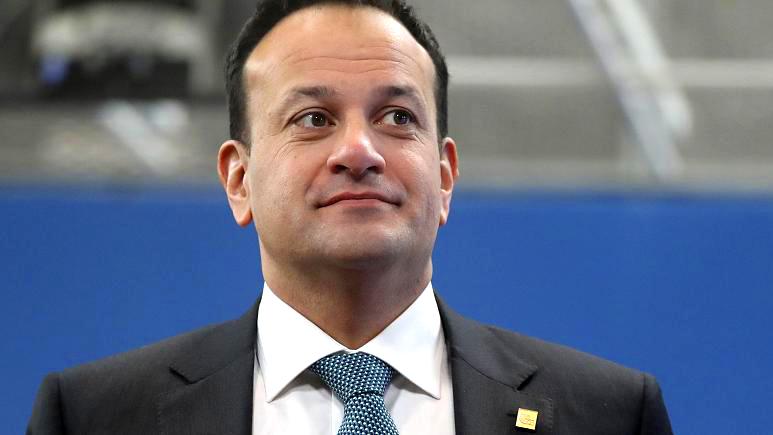 Photo of A meleg ír miniszterelnök orvosként segíti a járványhelyzet kezelését