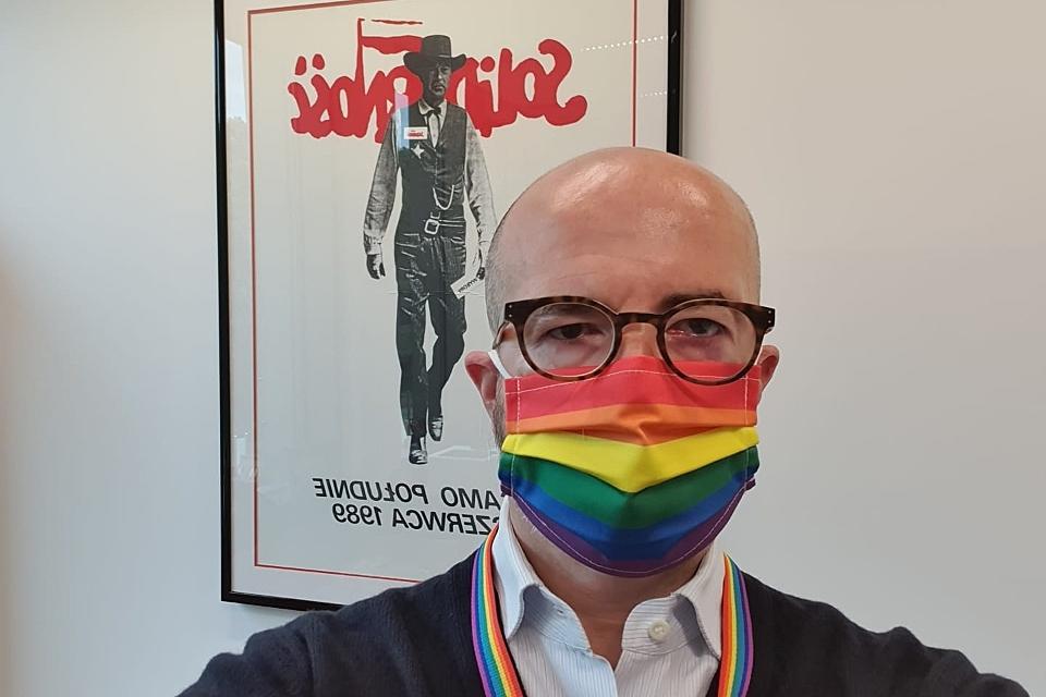 Photo of Az Egyesült Királyság lengyelországi nagykövete szivárványos maszkkal ünnepelt