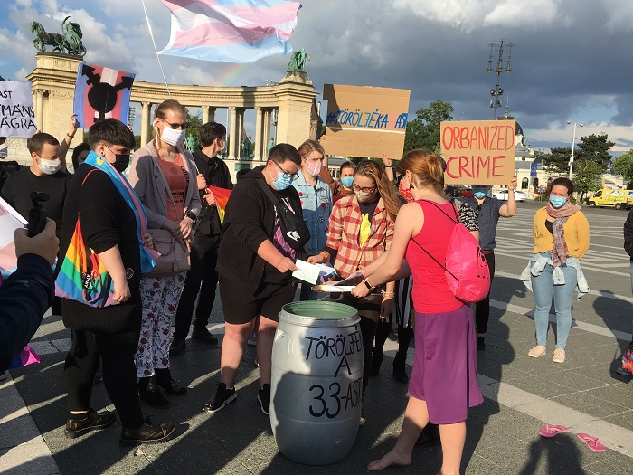 Photo of Anyakönyvi kivonatok égetésével tiltakoztak transzneműek az új törvény ellen
