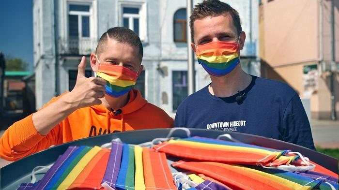 """Photo of Meleg pár osztott szivárványos maszkot Lengyelország """"LMBT mentes zónájában"""""""