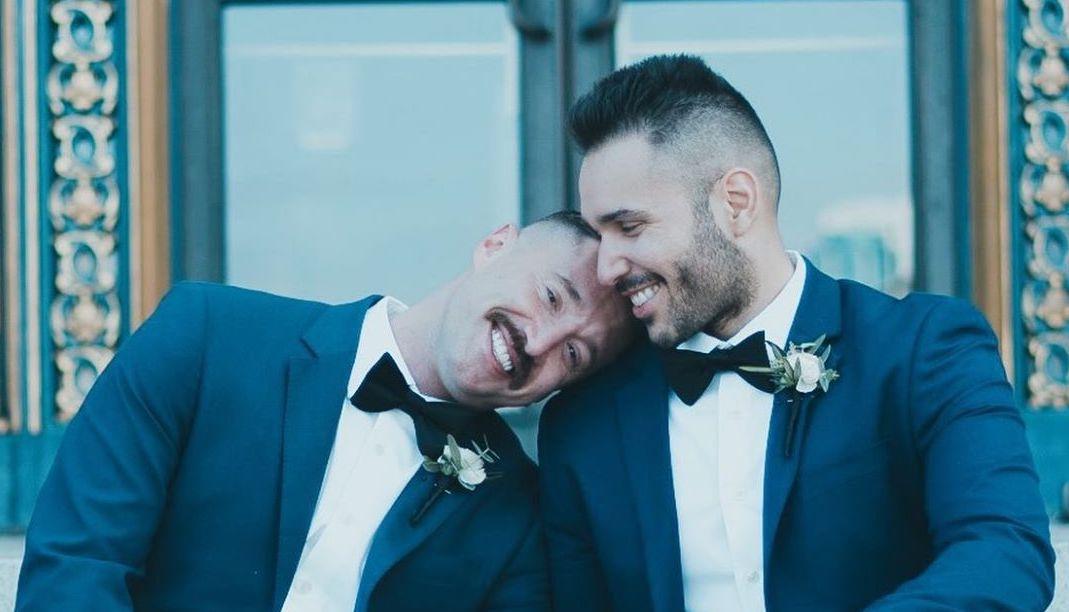 Photo of Maszkban és szigorú távolságtartással, de összeházasodott a meleg pár
