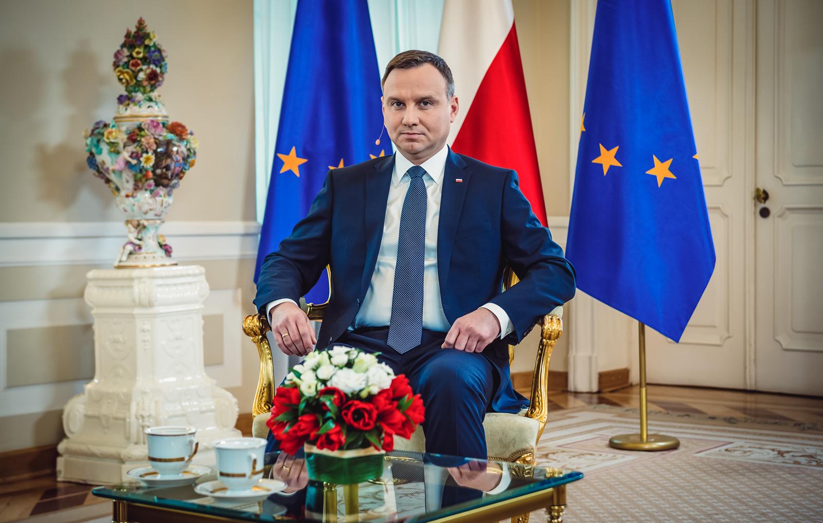 Photo of A lengyel elnök megtiltaná az örökbefogadást az azonos nemű pároknak