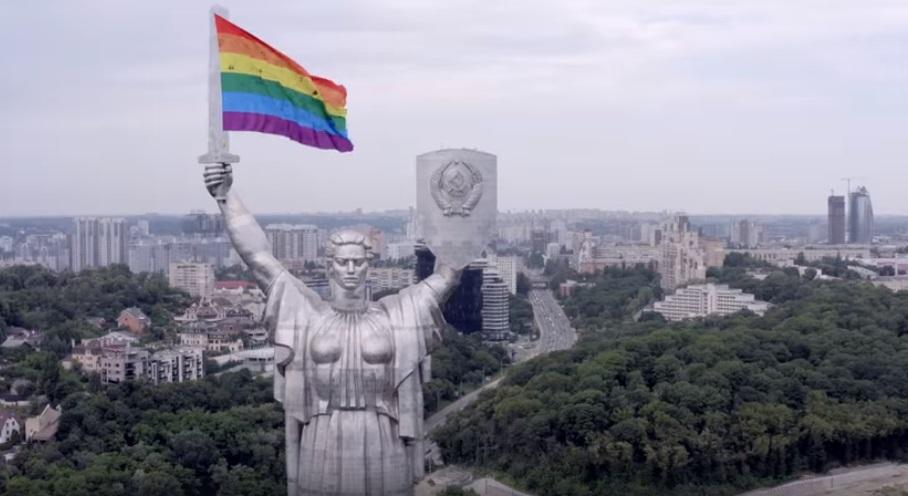 Photo of Szivárványzászlóval hekkelték meg Kijev ikonikus szobrát