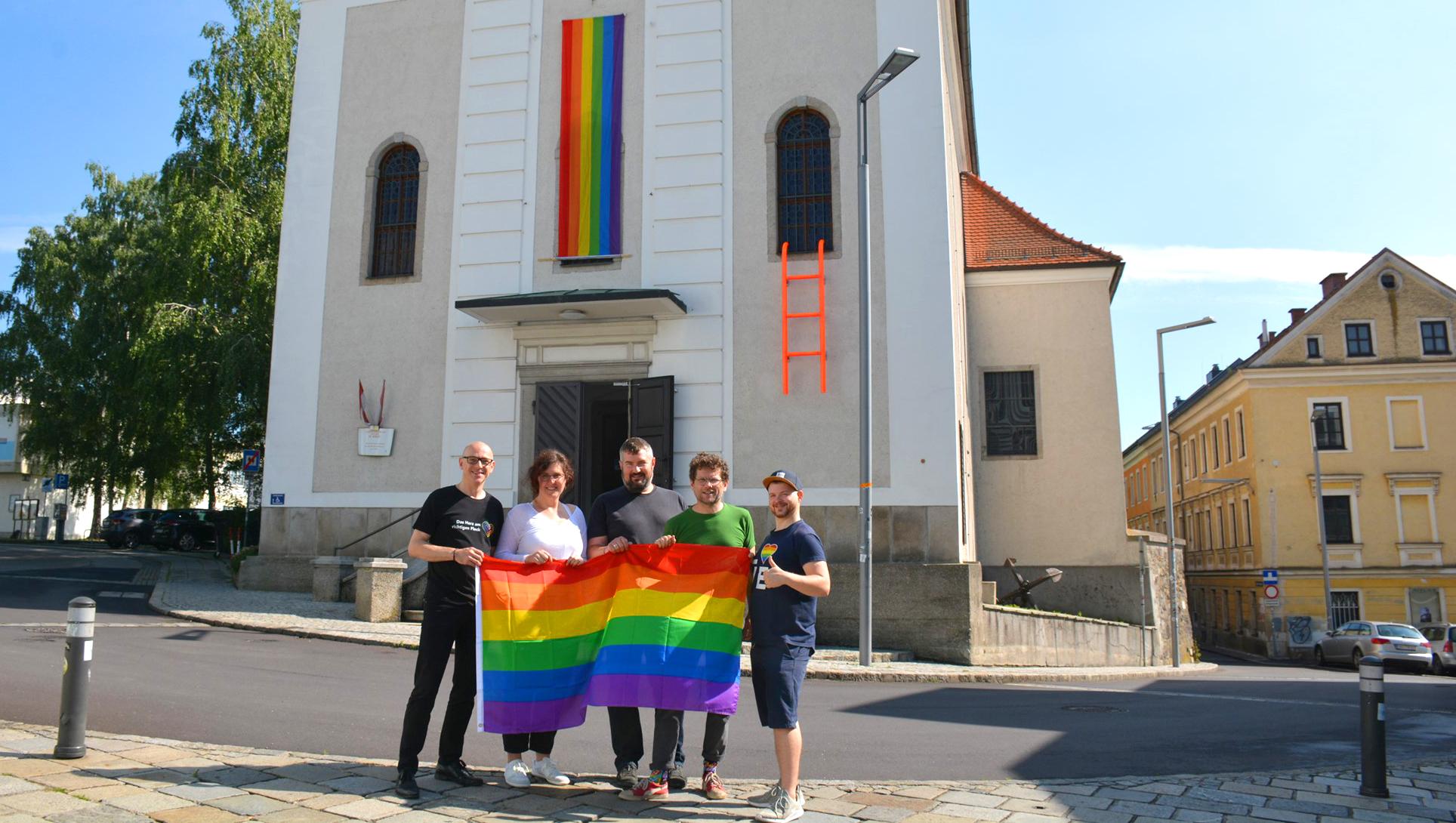 Photo of A katolikus egyház engedélyével került szivárványzászló a templomra Linzben