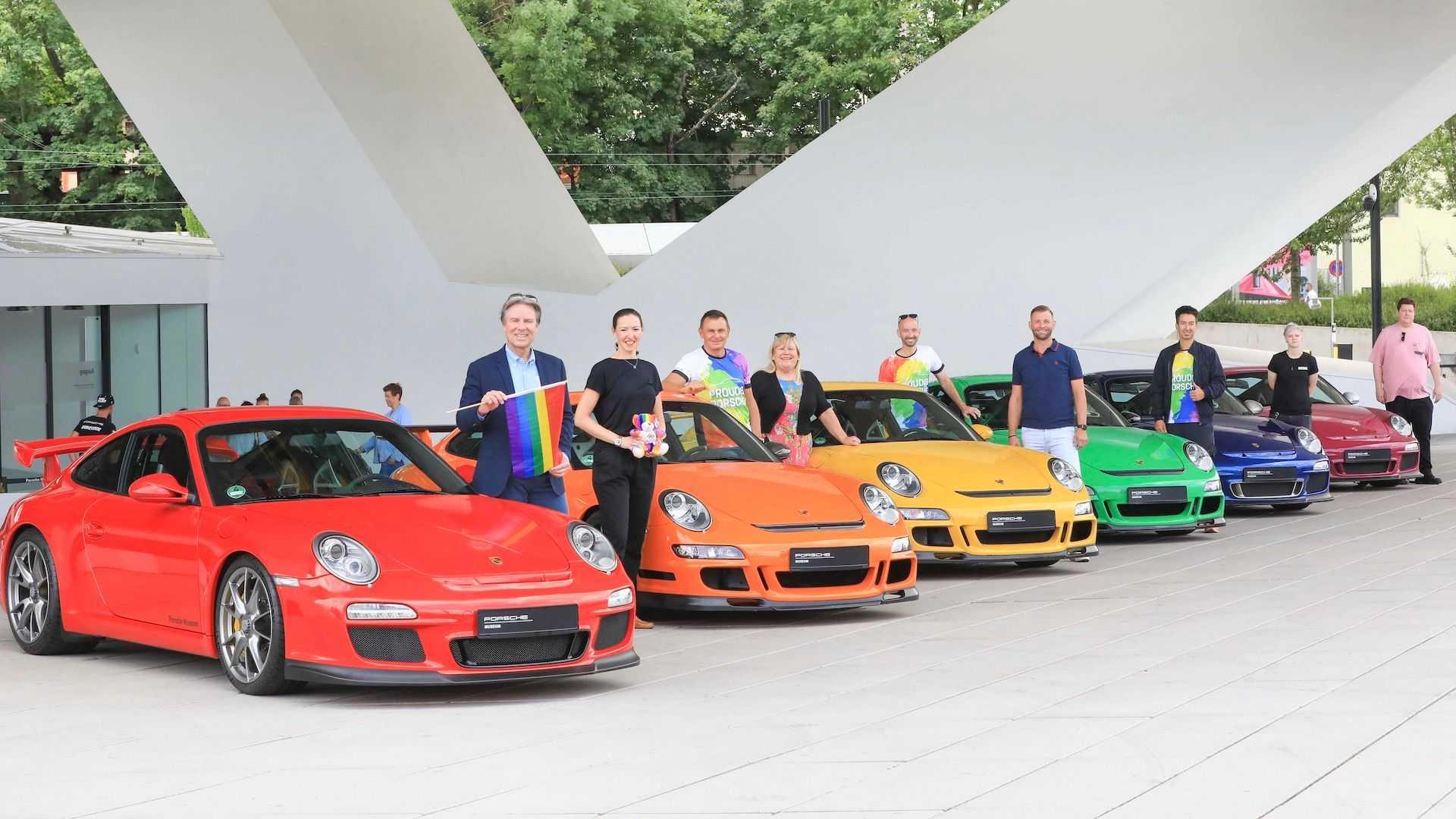 Photo of A Porsche szivárványszínű autókkal ünnepli a pride-ot