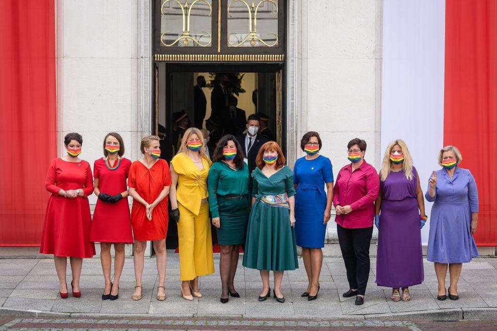 Photo of Szivárványzászlót formáltak a képviselőnők a homofób lengyel elnök beiktatásán