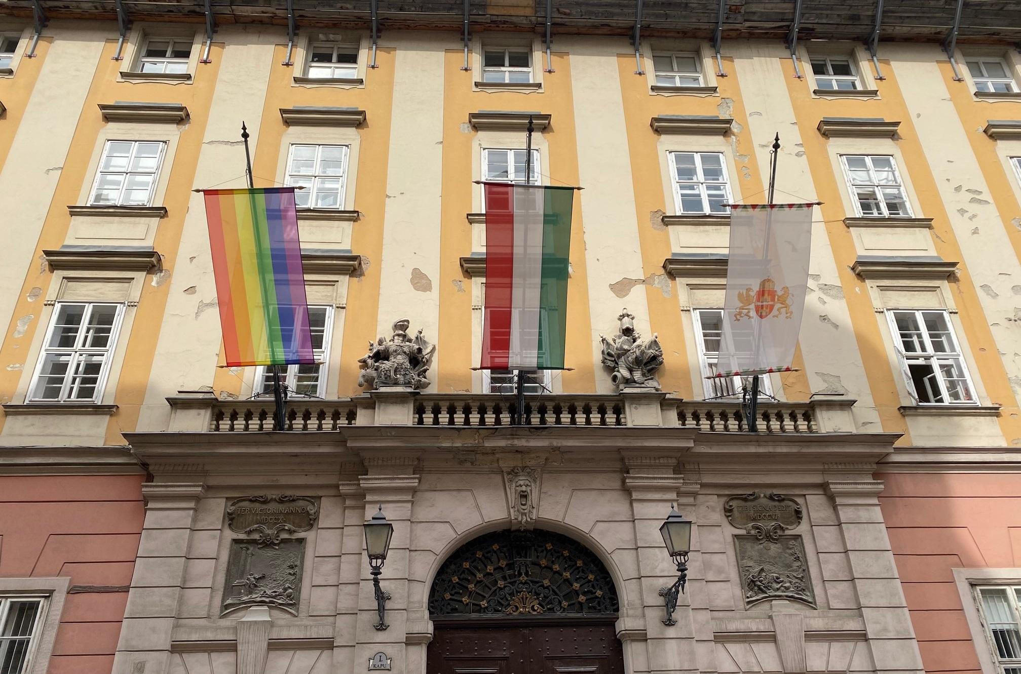 """Photo of """"Budapest mindenkié!"""" – Szivárványzászlóval ünnepel a Főpolgármesteri Hivatal"""