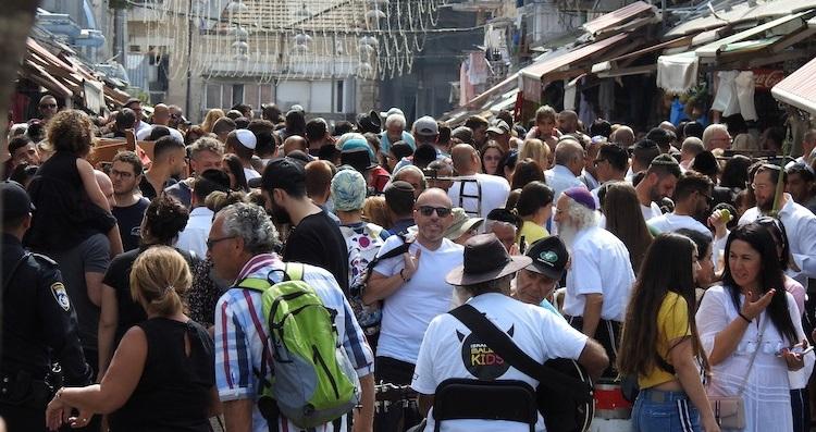 Photo of Tömeg nézte végig, ahogy megvernek egy csókolózó meleg párt Izraelben