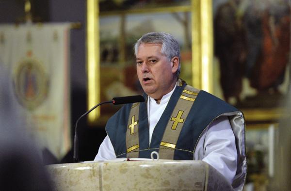 Photo of Betegnek nevezte a melegeket a korábban buzizó katolikus pap