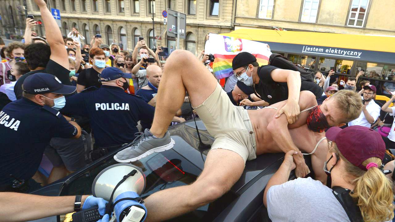Photo of Élőlánccal próbálták megakadályozni a lengyel aktivista letartóztatását