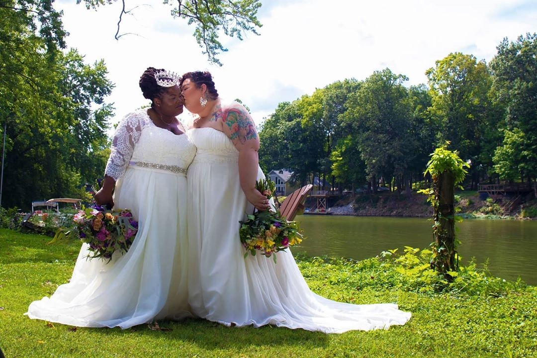 Photo of A szüleiket nem érdekelte az esküvőjük, de 10 ezer idegent igen