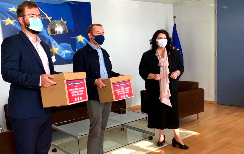 Photo of Százezrek követelik, hogy az EU lépjen fel a lengyel homofóbia ellen