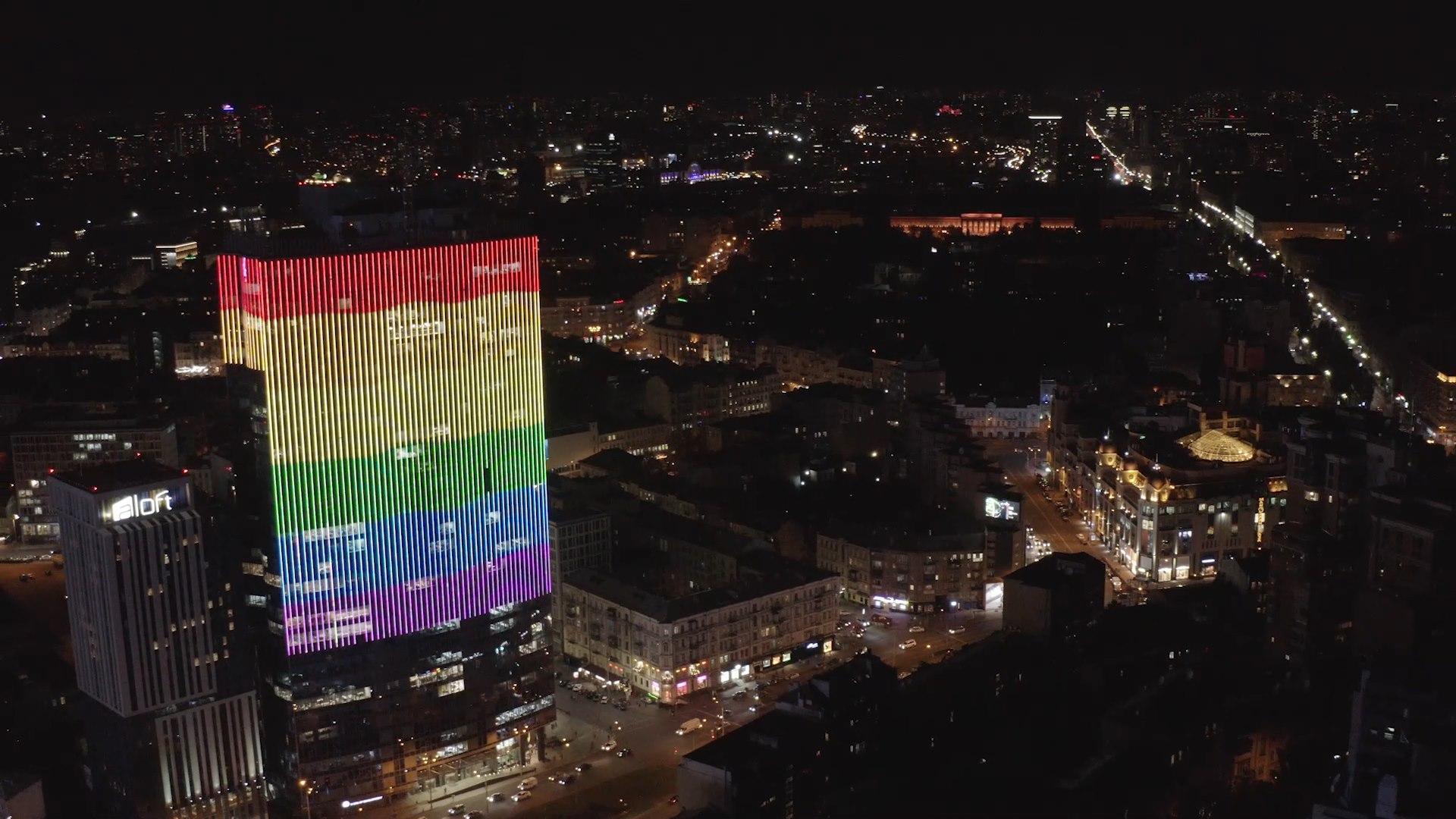 Photo of Minden este szivárványba borul egy kijevi felhőkarcoló