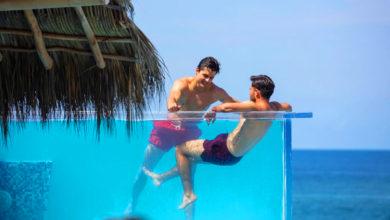 Photo of Önfeledten szexeltek a medencében, csakhogy átlátszó volt a fala