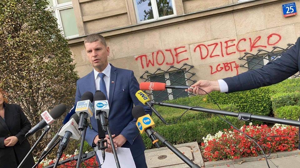 Photo of Öngyilkosságba hajszolt LMBTQ tinik nevét festették a lengyel minisztériumra