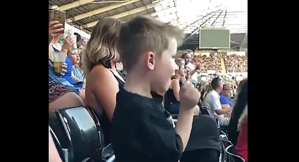 Photo of Önfeledten táncoló kisfiú az internet legújabb kedvence